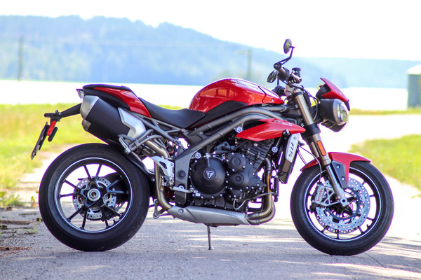 Triumph Speed Triple – Supernaku sumuisilta saarilta