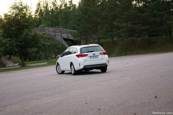 Toyota Auris Touring Sports kuva takaviistosta
